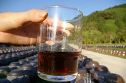 当醸造所の黒酢は三年熟成が基本。 一年ものより色も濃く味も芳醇