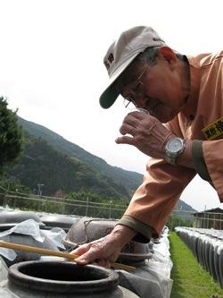 黒酢の仕上がりを確認する杜氏、赤池力